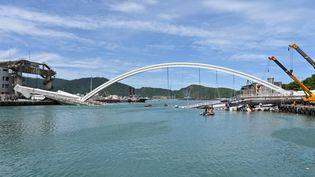Le pontde 140 mètres de long après son effondrement à Nanfangao (Taïwan), le 1er octobre 2019. (SAM YEH / AFP)