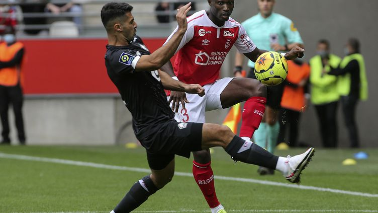 Ghislain Konan (Reims) au duel avec Celik (Lille). (FRANCOIS NASCIMBENI / AFP)