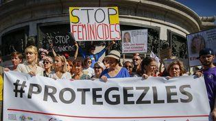Des familles des victimes de féminicides se réunissent place de la République, à Paris, le 6 juillet 2019. (MAXPPP)