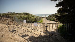 L'accès à la mer est fermé au Bois-Plage-en-Ré, sur l'île de Ré (Charente-Maritime), le 18 mars 2020. (LEO COULONGEAT / HANSLUCAS.COM / AFP)