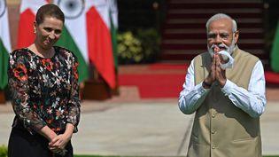 La dirigeante danoise Mette Frederiksen (à gauche) et le Premier ministre indien Narendra Modi (à droite), le 9 octobre 2021 à New Dehli. (MONEY SHARMA / AFP)