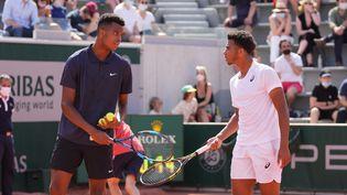 Giovanni Mpetshi-Perricard (à gauche) etArthur Fils (à droite) remportent le titre juniors à Roland-Garros le 12 juin 2021. (CEDRIC LECOCQ / FFT)