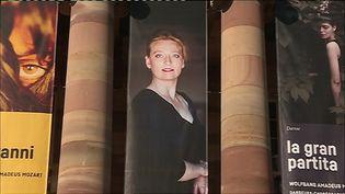 Le portrait d'Eva Kleinitz sur la façade de l'Opéra du Rhin (P. Dezempte /France Télévisions)