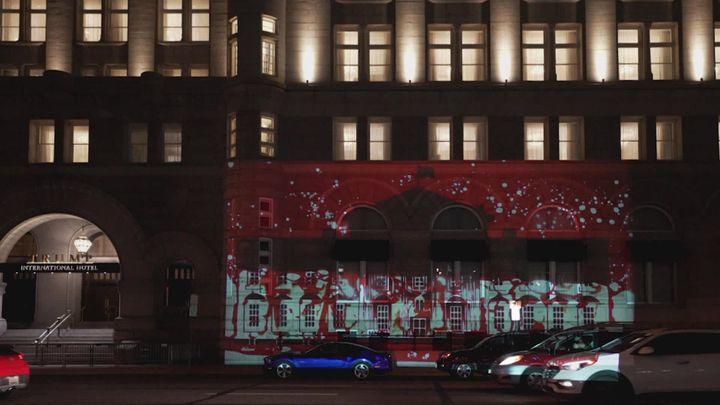 """L'oeuvre """"la Maison Blanche projetée sur la façade d'un immeuble de Donald Trump (France 3)"""