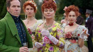 """Ben Miller, Bessie Carter, Harriet Cains, Polly Walker, dans la série """"Bridgerton"""" (© NICK BRIGGS / NETFLIX)"""