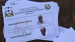 Le bulletin de vote du deuxième tour de la présidentielle en Guinée Bissau, le 29 décembre 2019, proposait le choix entre le candidat du parti majoritaireDomingos Simoes Pereira et l'opposant Umaro Sissoco Embalo. (SEYLLOU / AFP)