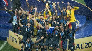 L'équipe de France soulève la Coupe du monde, le 15 juillet, à Moscou (Russie). (ELMAR KREMSER / AFP)