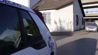 Lundi 30 mars, France 3 a retrouvé un généraliste de SOS Médecins déjà suivi la semaine dernière. Désormais, la moitié de ses déplacements sont consacrés à des cas de coronavirus Covid-19. Chaque jour, il doit aussi signer des certificats de décès. (France 3)