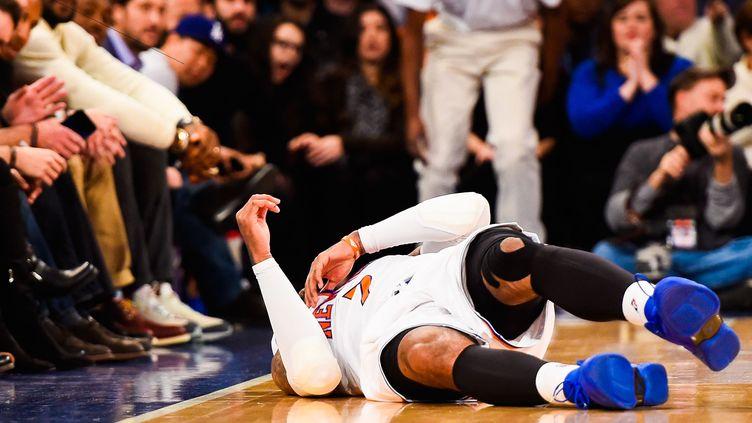 Carmelo Anthony, blessé au genou, pourrait prématurément mettre un terme à sa saison (ALEX GOODLETT / GETTY IMAGES NORTH AMERICA)