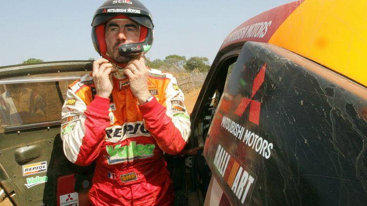 Luc Alphand, à la fin de la 13e étape du rallye Dakar, le 12 janvier 2006. (DAMIEN MEYER / AFP)