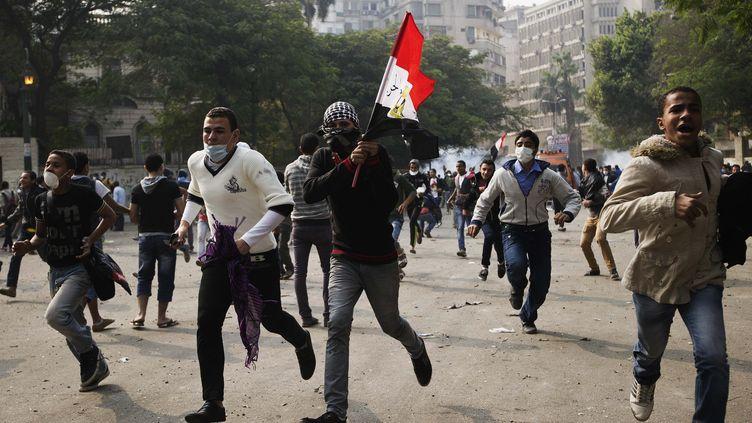Des milliers d'Egyptiens ont manifesté, mardi 27 novembre 2012, contre les pleins pouvoirs que s'est octroyé le président islamisteMohamed Morsi. (GIANLUIGI GUERCIA / AFP)
