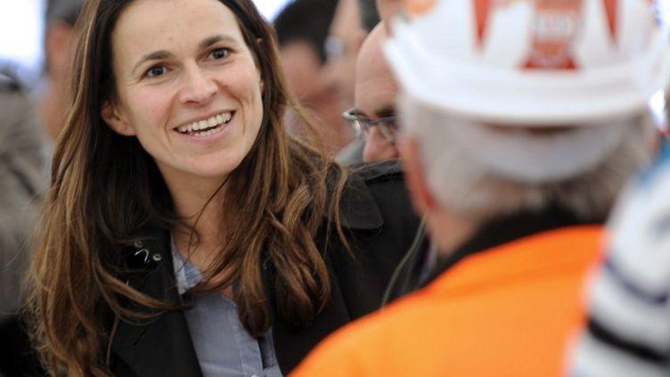 Aurélie Filippetti avec les salariés d'Arcelor Mittal, le 18 mai 2012 à Florange (Moselle). (JEAN-CHRISTOPHE VERHAEGEN / AFP)