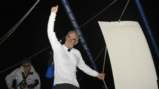 Le skipper Loïc Peyron, vainqueur de l'édition 2014 de la Route du Rhum, le 10 novembre 2014 à Pointe-à-Pitre (Gaudeloupe). (NICOLAS DERNE / AFP)