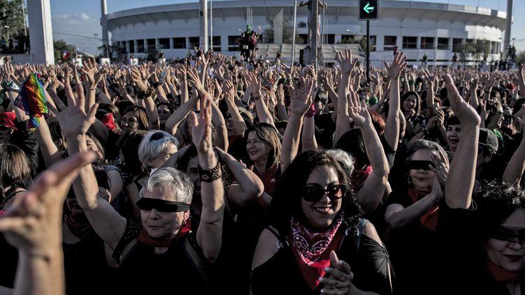 Des femmes manifestent contre les violences sexistes, à Santiago (Chili), le 4 décembre 2019. (MARTIN BERNETTI / AFP)
