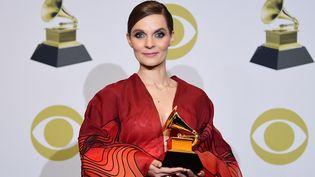 La compositrice islandaiseHildur Guðnadóttir aux Grammy Awards à Los Angeles avec son prix de Meilleure bande originale pour un média visuel, le 26 janvier 2020. (FREDERIC J. BROWN / AFP)