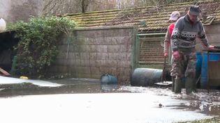 La décrue s'amorce enfin à Appilly, dans l'Oise. Les habitants évacués commencent à regagner leur domicile pour nettoyer. Les routes et les habitations étaient inondées depuis deux semaines. (France 3)