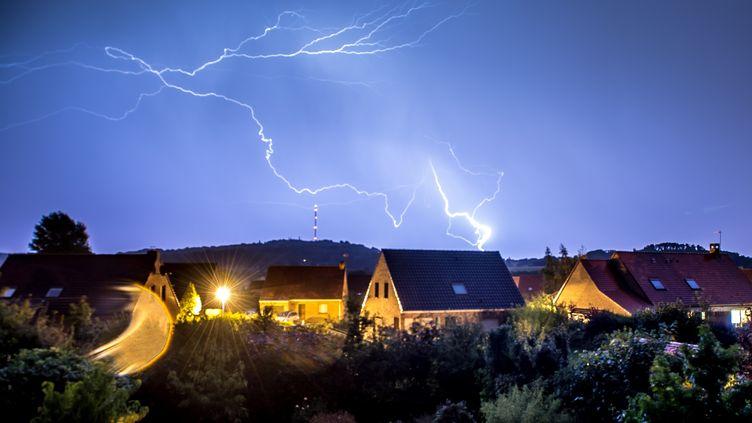 Un éclair au-dessus de la commune de Godewaersvelde (Nord), le 7 août 2018. (PHILIPPE HUGUEN / AFP)