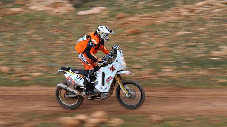 Le motard français Thomas Bourgin lors d'une course au Maroc, le 29 décembre 2010. (FREDERICK FLORIN / AFP)