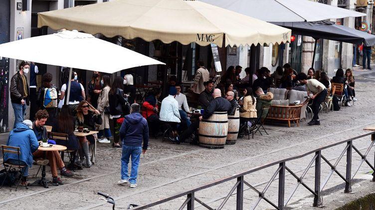 Des touristes profitent des terrasses des restaurants, à Naviglim le 26 avril. (MIGUEL MEDINA / AFP)