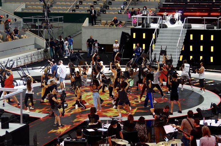 Une trentaine de danseuses et danseurs du Paradis Latin en répétion au stade Roland Garros, le 21 juin 2021. (JEREMIE LAURENT-KAYSEN)
