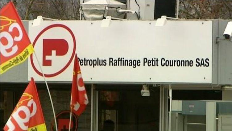 Des drapeaux de la CGT à l'entrée de la raffinerie Petroplus de Petit-Couronne (Seine-Maritime), le 28 décembfre 2011 (FTVi / FRANCE 3)