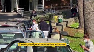 Des malades du Covid-19 soignés dans leur voiture à Naples (Italie) (FRANCEINFO)