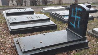 Plusieurs dizaines de stèles du cimetière juif de Quatzenheim dans le Bas-Rhin près de Strasbourg en Alsace ont été profanées dans la nuit de lundi à mardi. Des croix gammées ont été tracées sur des tombes. 19 février 2019. (LUCILE GUILLOTIN / FRANCE-BLEU ALSACE (+ FB ELSASS))