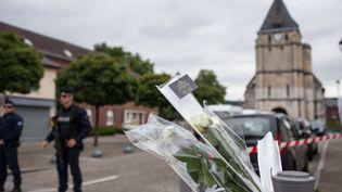 Des policiers en faction dans le centre-ville de Saint-Etienne-du-Rouvray (Seine-Maritime), le 27 juillet, au lendemain de l'attaque terroriste dans une église de la ville et de la mort du prêtreJacques Hamel. (JULIEN PAQUIN/SIPA)