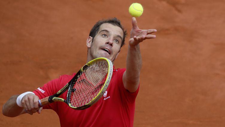 Le tennisman français Richard Gasquet sert contre l'Argentin Carlos Berlocq, à Roland-Garros, le 29 mai 2014. (PATRICK KOVARIK / AFP)