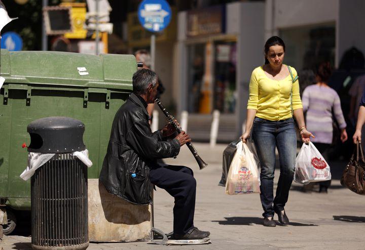 Les Chypriotes peuvent toujours payer leurs courses en espèces, par carte voire par chèque, comme ici à Nicosie, le 20 mars 2013. (PATRICK BAZ / AFP)