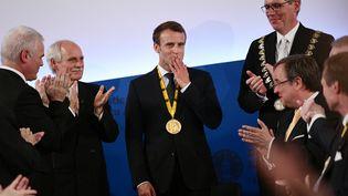 Emmanuel Macron reçoit le prix Charlemagne à Aix-la-Chapelle le 10 mai 2018. (INA FASSBENDER / DPA)