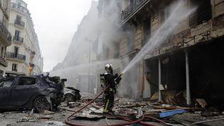 Les pompiers à pied d'oeuvre pour éteindre l'incendie de la boulangerie, dans le 9e arrondissement de Paris. (THOMAS SAMSON / AFP)
