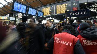 Des voyageurs dans le hall de la gare Saint-Lazare, à Paris, le 26 avril 2016,jour de grève de la SNCF. (MIGUEL MEDINA / AFP)