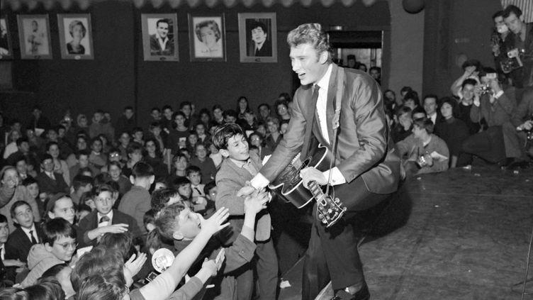 Johnny Hallydaydans la salle parisienne de l'Olympia, le 13 décembre 1962. (AFP)