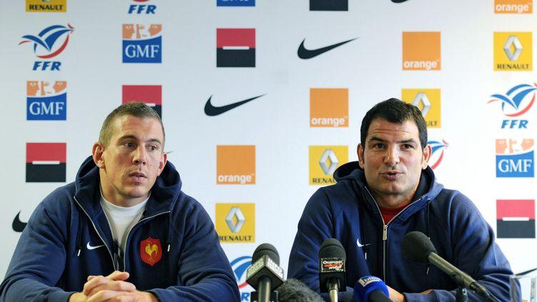 Imanol Harinordoquy et Marc Lièvremont, lors d'une conférence de presse àLa Chapelle-sur-Erdre (Loire-Atlantique),le 12 novembre 2010. (FRANCK FIFE / AFP PHOTO)