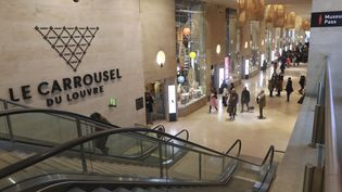 Des visiteurs dans les couloirs du Carrousel du Louvre, le 4 février 2017, à Paris. (JACQUES DEMARTHON / AFP)