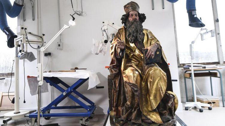 Sculpture du retable d'Issenheim (1512-1516) en cours de restauration à Paris (mars 2019)  (ALAIN JOCARD / AFP)