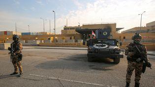 Des membres des forces de sécurité irakiennes montent la garde devant l'ambassade américaine de Bagdad, jeudi 2 janvier 2020. (AHMAD AL-RUBAYE / AFP)