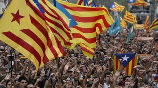 Une foule réunie à Barcelone célèbre la déclaration d'indépendance de la Catalogne, le 27 octobre 2017. (PAU BARRENA / AFP)