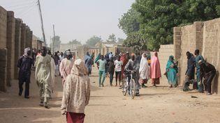Des personnes marchent dans les rues de Sajeri, dans les faubourgs deMaiduguri, capitale de l'Etat du Borno, au Nigeria, le 8 janvier 2019. (AUDU MARTE / AFP)