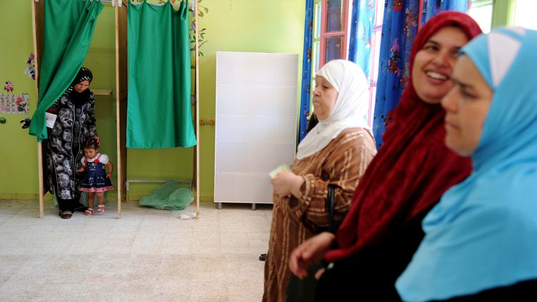 Des Algériennes attendent de voter pour les législatives dans un bureau d'Alger, le 10 mai 2012. (FAROUK BATICHE / AFP)