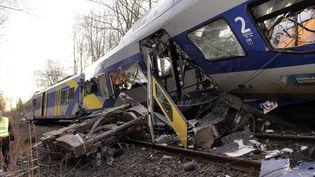 Un des trains impliqués dans la collision mortelle qui a fait onze morts, le 9 février 2016, près de Bad Aibling (Allemagne). (JOSEF REISNER / DPA / AFP)