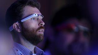 """Un utilisateur de Google Glass participe à une """"keynote"""" de Google, le 15 mai 2013, à San Francisco (Californie). (JUSTIN SULLIVAN / GETTY IMAGES NORTH AMERICA / AFP)"""