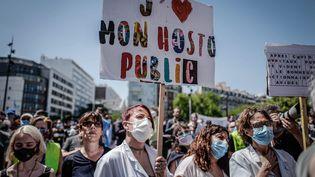 Une manifestation de personnels hospitaliers devant l'hôpital Robert-Debré à Paris, le 28 mai 2020. (MAXPPP)