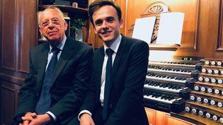 Philippe Lefebvre, l'un des trois organistes de Notre-Dame de Paris (à gauche), et l'organiste Thomas Ospital (à droite) à l'église Saint-Eustache, le 21 avril 2019. (MATTHIEU MONDOLONI / FRANCE-INFO)