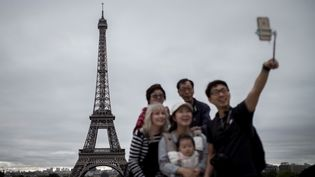 Des touristes se prennent en photo sur l'esplanade du Trocadéro, à Paris, le 29 septembre 2016. (Photo d'illustration) (PHILIPPE LOPEZ / AFP)