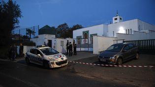 Des policiers devant la mosquée de Bayonne (Pyrénées-Atlantiques), le 28 octobre 2019,après qu'un homme a ouvert le feu, blessant deux personnes par balles. (GAIZKA IROZ / AFP)