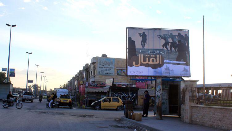 Un panneau de propagande pour l'Etat islamique, dans une rue de Raqqa, en Syrie, le 2 novembre 2014. (RAQA MEDIA CENTER / AFP)