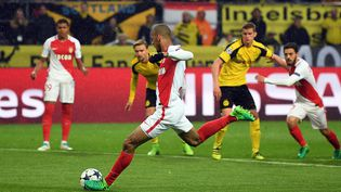 Le milieu monégasque Fabinho frappe un penalty, contre le Borussia Dortmund, le 12 avril 2017. (FEDERICO GAMBARINI / DPA)