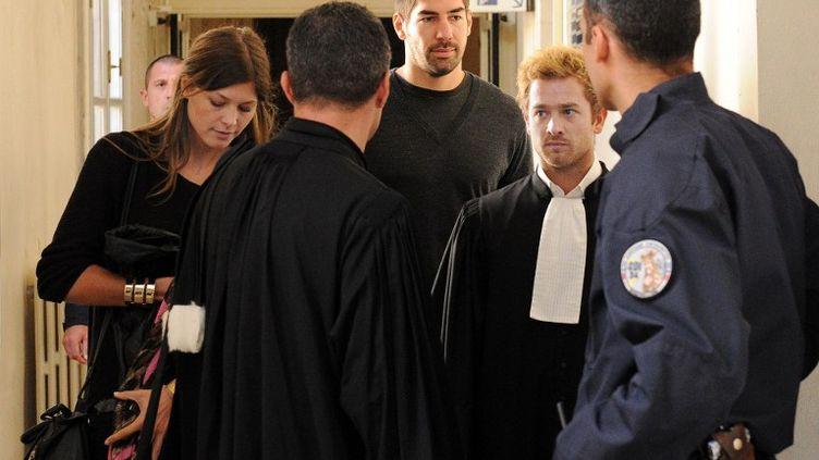 Le handballeur Nikola Karabatic (centre) et sa compagne, Géraldine Pillet (gauche), arrivent au tribunal de Montpellier (Hérault), le 16 octobre 2012. (PASCAL GUYOT / AFP)